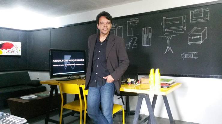 Loft Office: Escritórios  por Adeilton Rodrigues - Arquitetura - Interiores - Consultoria