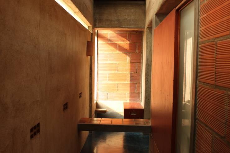 dd Office:  Walls by dd Architects,Rustic