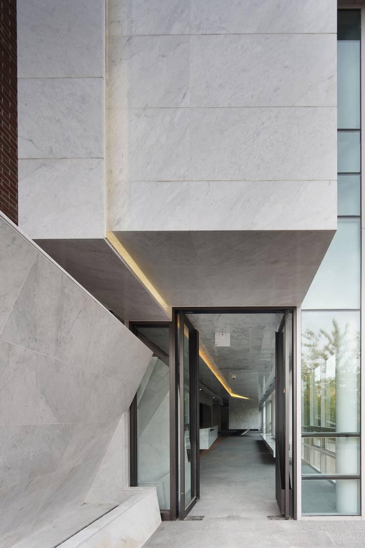 김종복 미술관: Chun Architects 의  복도 & 현관,모던