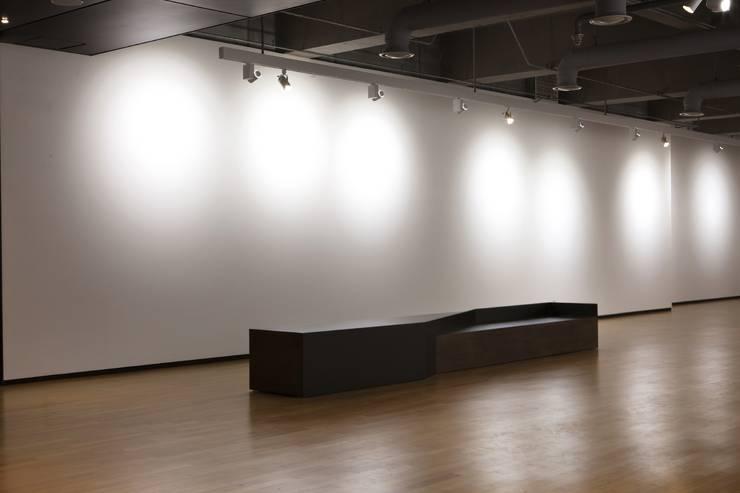 김종복 미술관: Chun Architects 의  복도 & 현관