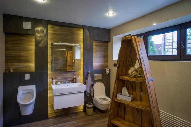 Дом с водопадом: Ванные комнаты в . Автор – Ал