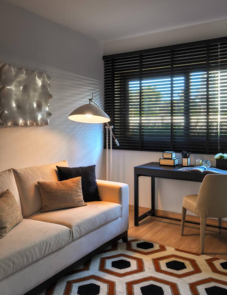Apartamento Cascais: Escritórios e Espaços de trabalho  por Silvia Costa    Arquitectura de Interiores