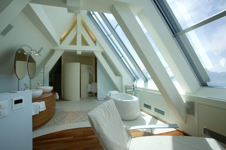 Baños de estilo  por FiAri