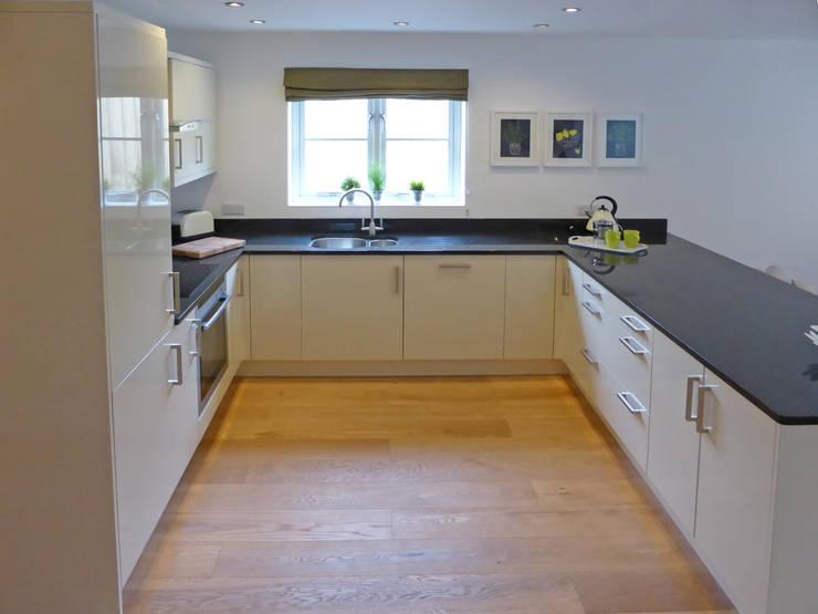 Church Mews, Hartland, Devon Modern kitchen by The Bazeley Partnership Modern