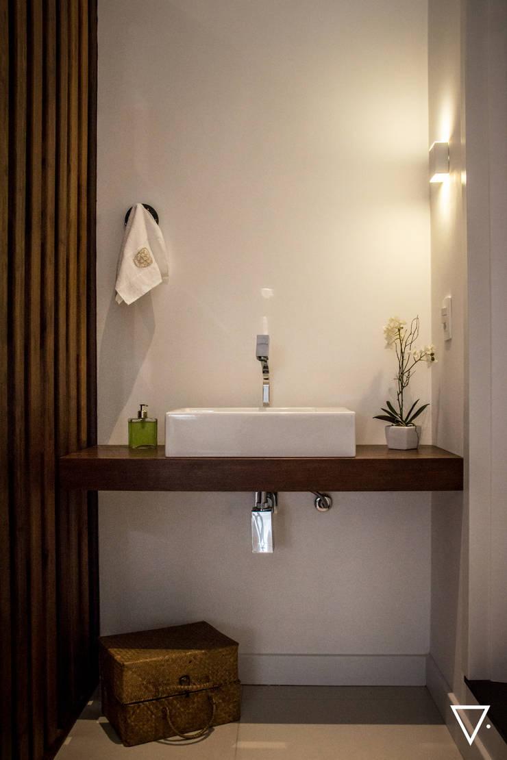 Projeto Churrasqueira Residencial: Banheiros  por Caroline Ritzmann Stratmann Arquitetura e Interiores