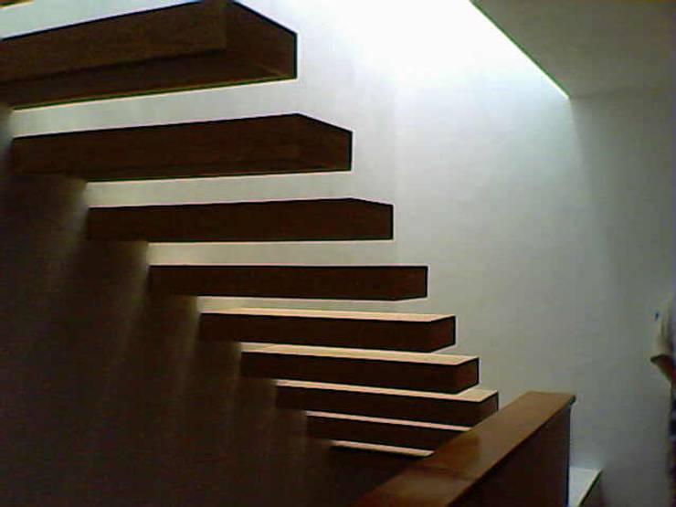 Escalera de Encino: Pasillos y recibidores de estilo  por Estudio Interdek Interiorismo