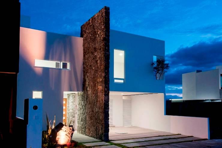 Fachada: Casas de estilo  por JF ARQUITECTOS