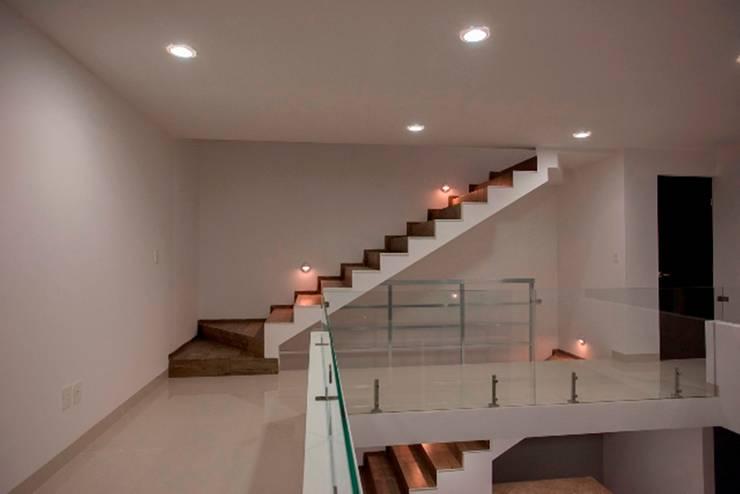 Vista de Escaleras: Pasillos y recibidores de estilo  por JF ARQUITECTOS