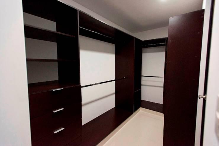 Closet: Vestidores y closets de estilo  por JF ARQUITECTOS