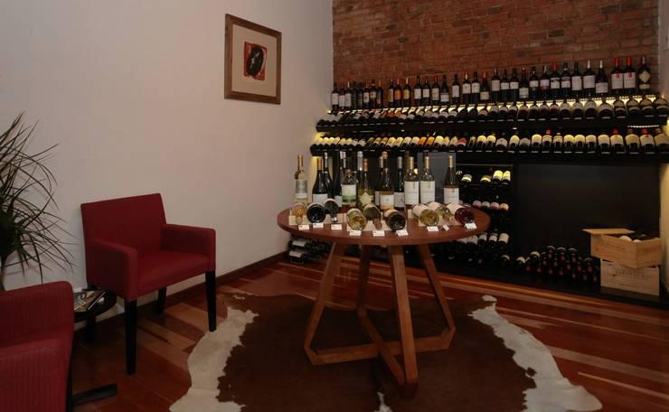 Mucho Gusto Mercado: Adegas  por Cris Manzolli  Arquiteta,