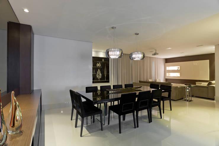 Apartamento Seis Pistas 1: Salas de jantar  por Interiores Iara Santos