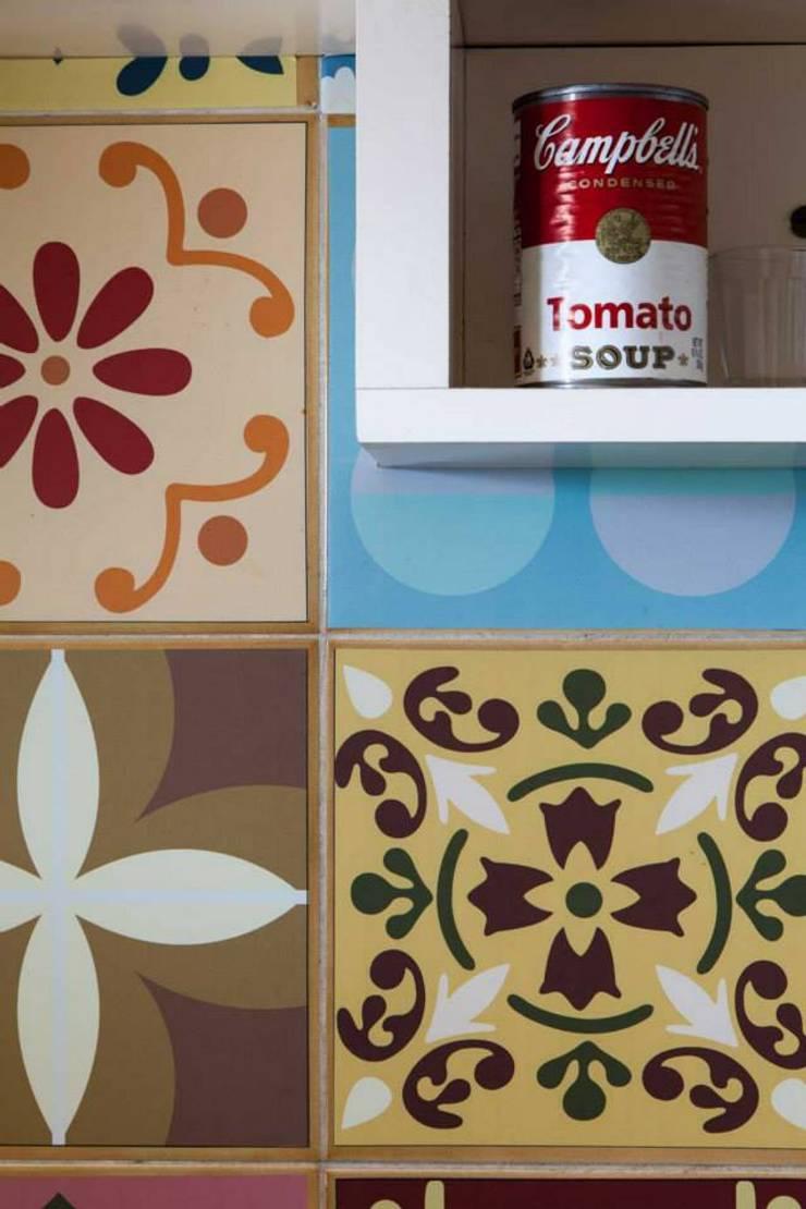 Detalhe da parede da Cozinha: Cozinhas modernas por Ingrid Hirsch