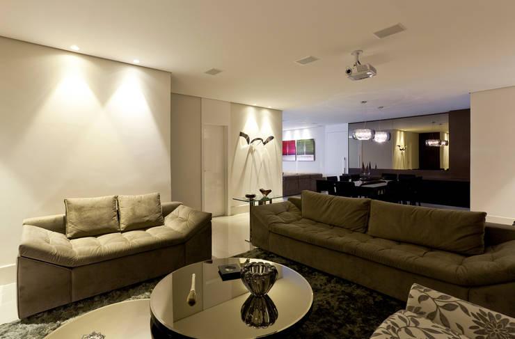 Apartamento Seis Pistas 1: Salas de estar  por Interiores Iara Santos
