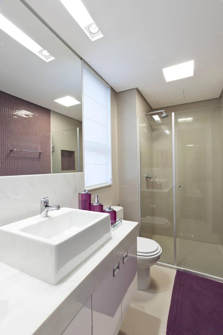 Apartamento Seis Pistas 1: Banheiros  por Interiores Iara Santos