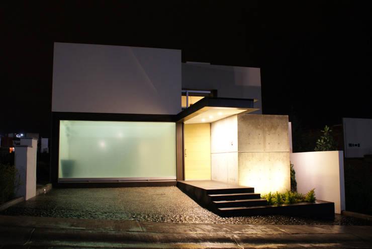 Projekty, minimalistyczne Domy zaprojektowane przez Interior 3 Arquitectura