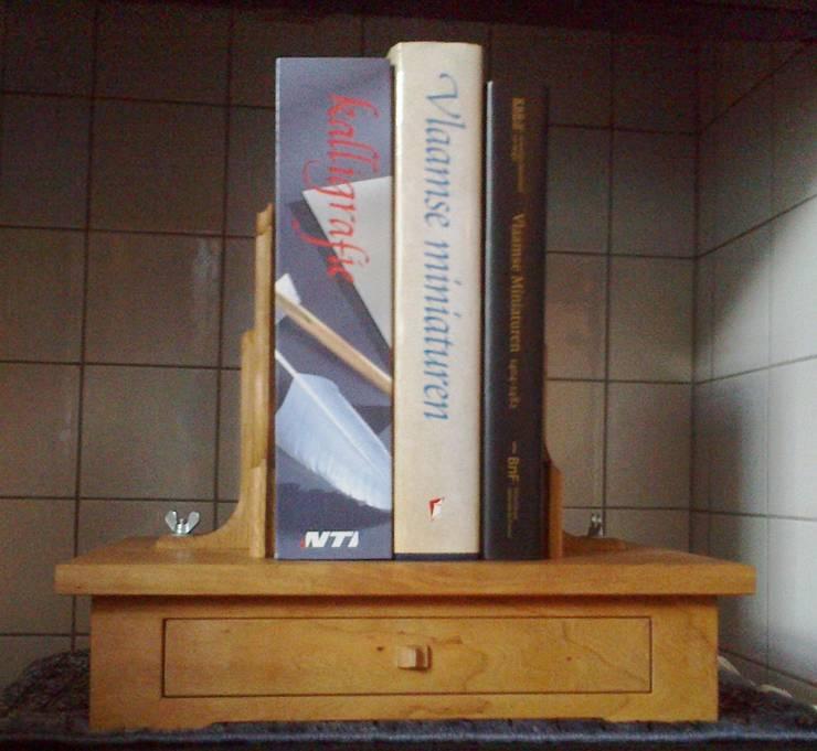 verstelbare boekensteun met drie boeken:   door Atelier de Wig, Klassiek