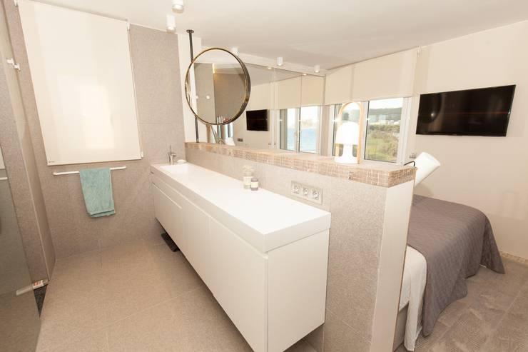 Apartamento l'Estartit - Illes Medes: Baños de estilo mediterráneo de Pia Estudi