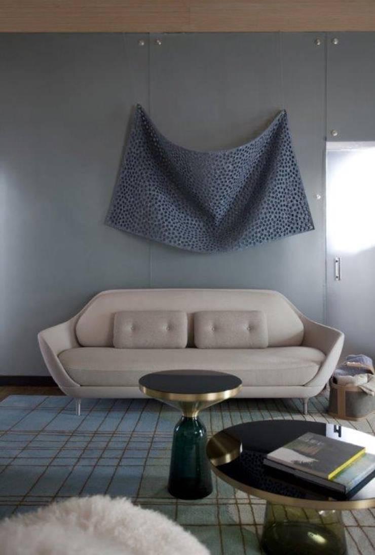 Obra de arte Feltro Perfurado de Ricardo Rendon, para Zipper Galeria: Salas de estar  por Patricia Martinez Arquitetura,Escandinavo