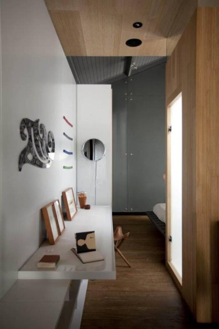 Corredor com obras de arte: Corredores e halls de entrada  por Patricia Martinez Arquitetura,Escandinavo
