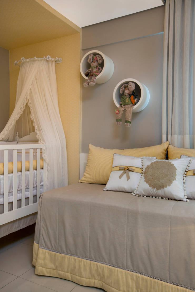 Quarto bebê: Quarto infantil  por Arquiteta Raquel de Castro