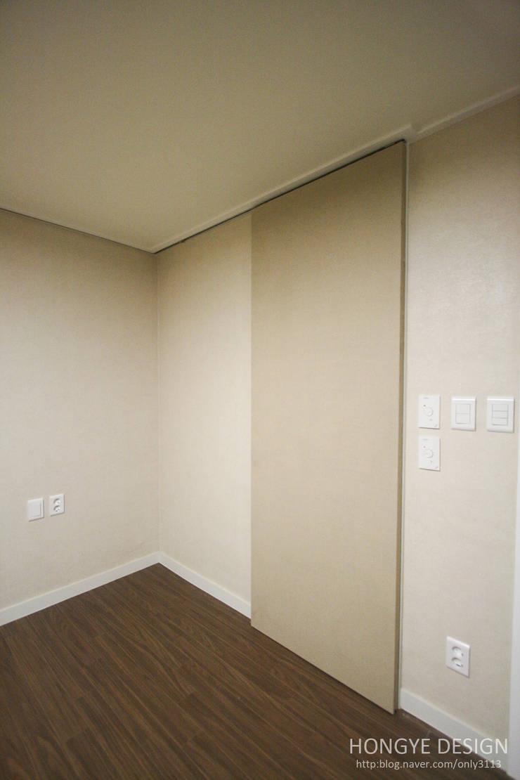 쌍둥이 딸과 부부가 함께 사는 보금자리_32py: 홍예디자인의  침실