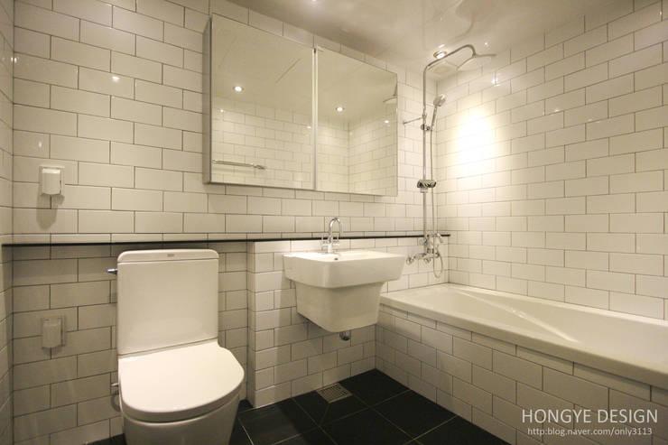 쌍둥이 딸과 부부가 함께 사는 보금자리_32py: 홍예디자인의  욕실