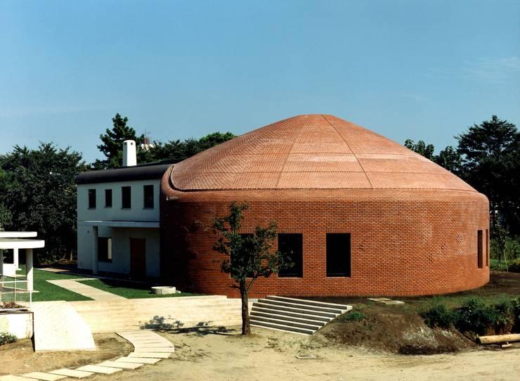 自己を築く学校建築 橘学苑 創作館: 松井建築研究所が手掛けた家です。
