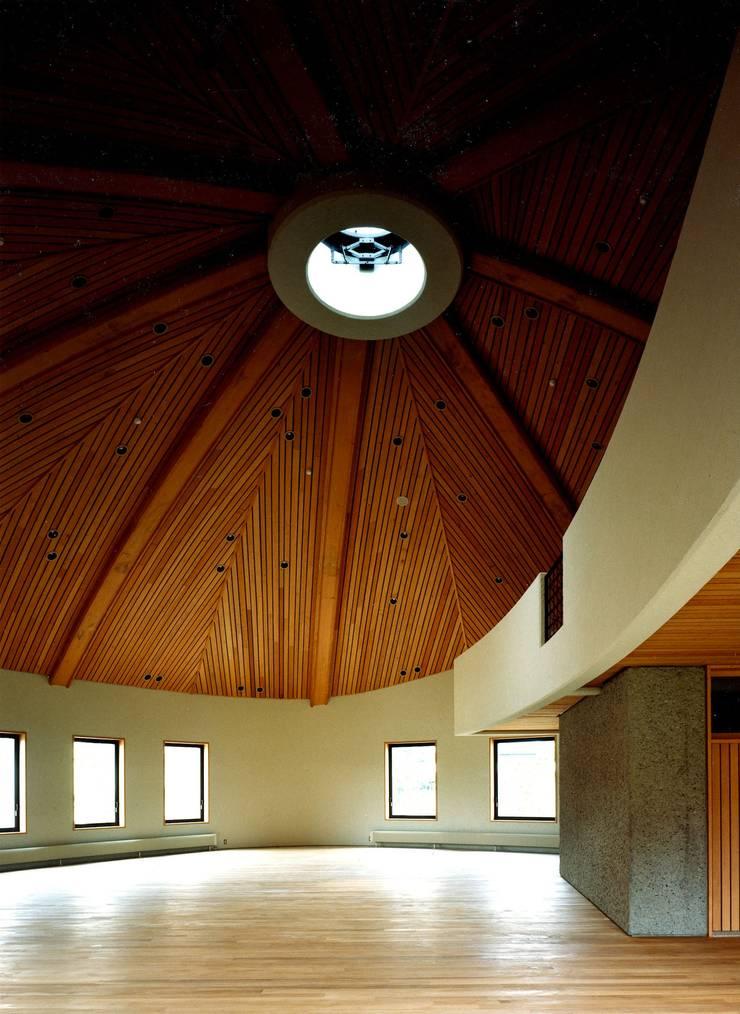自己を築く学校建築 橘学苑 創作館: 松井建築研究所が手掛けた壁です。