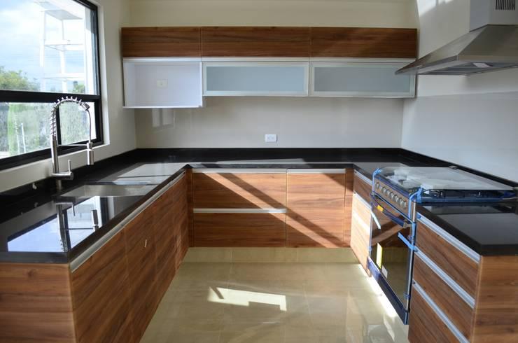 Conjunto Residencial Rinconada de fresnos: Cocina de estilo  por taven