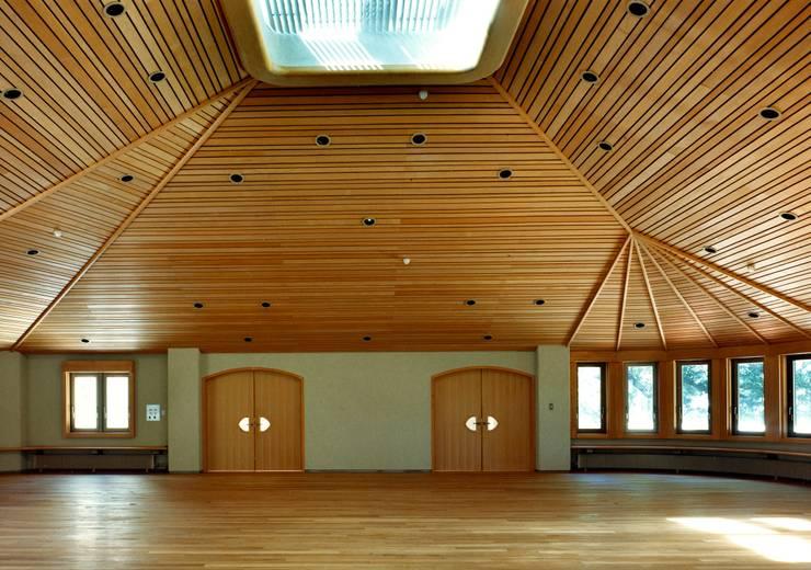 自己を拓く学校建築 橘学苑 音楽堂: 松井建築研究所が手掛けた壁です。