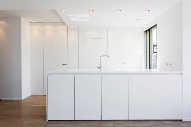 minimalistische Keuken door ISLABAU constructora