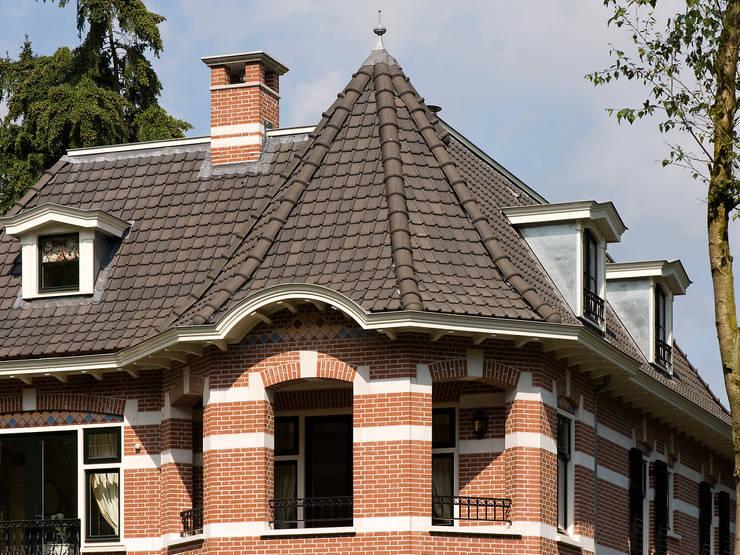 Villa te Doetinchem - Detail dak:  Huizen door Friso Woudstra Architecten BNA B.V.