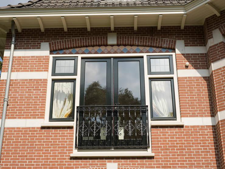 Villa te Zeist - Detail frans balkon:  Terras door Friso Woudstra Architecten BNA B.V.