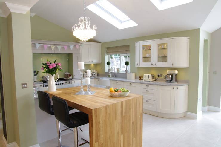 Stunning Traditional family home: country Kitchen by PTC Kitchens