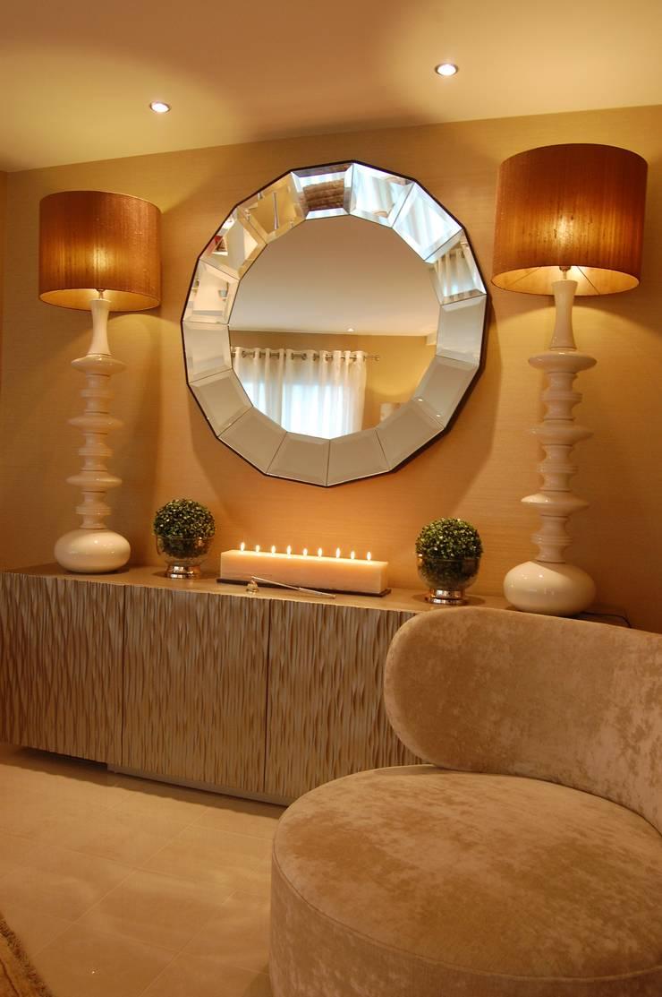 Projekty,  Salon zaprojektowane przez Critério Arquitectos by Canteiro de Sousa, Eklektyczny