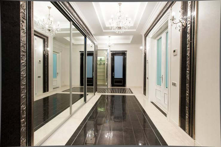 Квартира в классическом стиле: Коридор и прихожая в . Автор – Antica Style