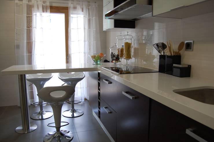 Apartamento Lisboa: Cozinhas  por Critério Arquitectos by Canteiro de Sousa