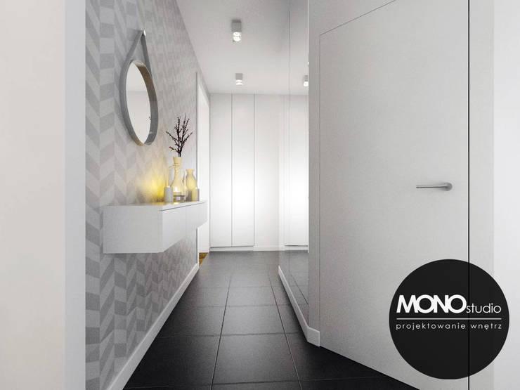 Jasne kolory zestawione z nowoczesnymi wzorami nadającymi efektowny wygląd  holu.: styl , w kategorii Korytarz, przedpokój zaprojektowany przez MONOstudio,
