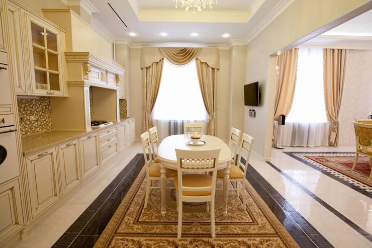 Квартира в классическом стиле: Кухни в . Автор – Antica Style