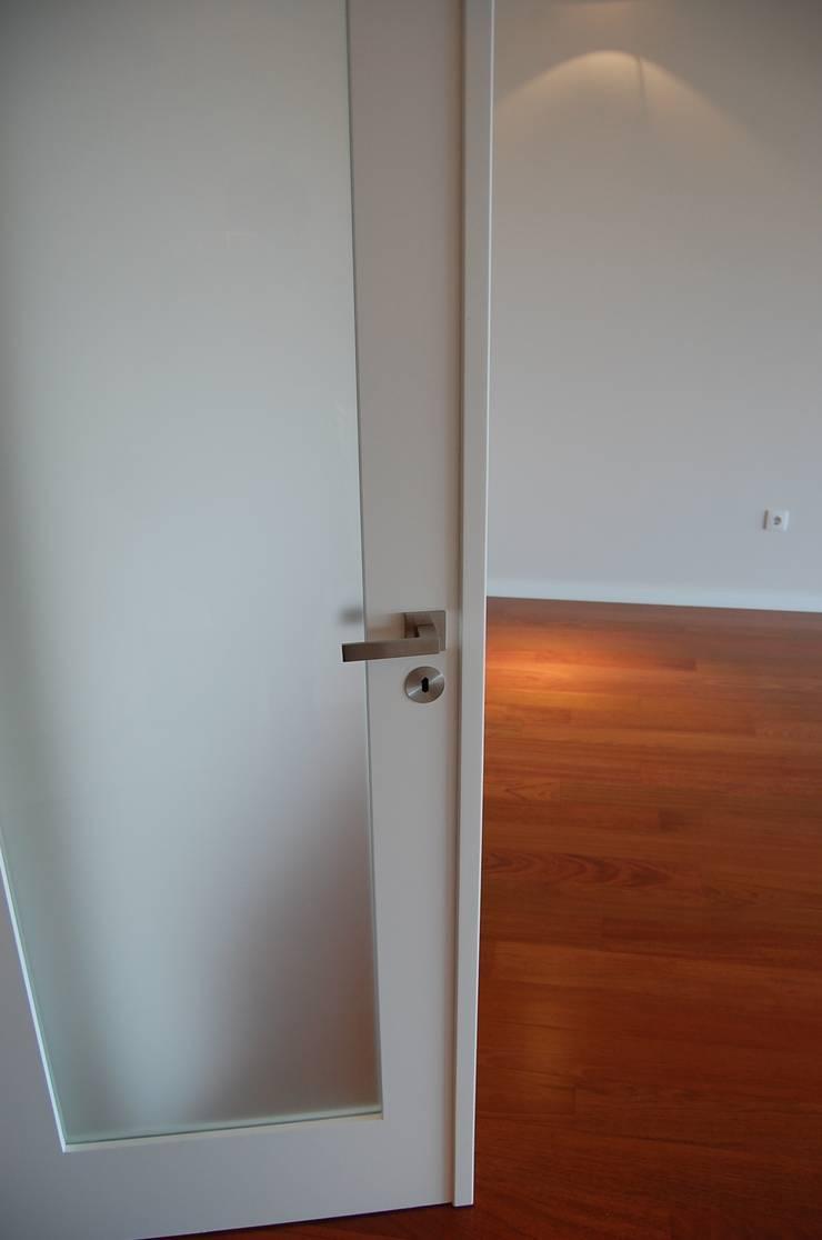 Projecto de interiores apartamento Lisboa: Salas de estar  por Critério Arquitectos by Canteiro de Sousa