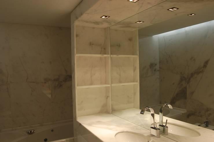 Projecto de interiores apartamento Lisboa: Casas de banho  por Critério Arquitectos by Canteiro de Sousa