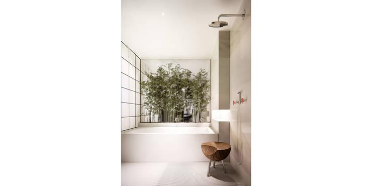 Baños de estilo ecléctico por de-cube