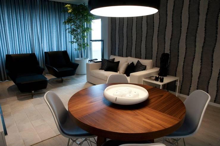 BAÍA DE LUANDA: Salas de estar modernas por Spaceroom - Interior Design