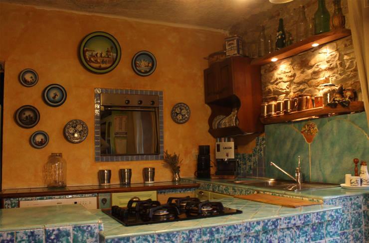 Cocinas de estilo  de Naro architettura restauro       'Dein Landhaus im Piemont'