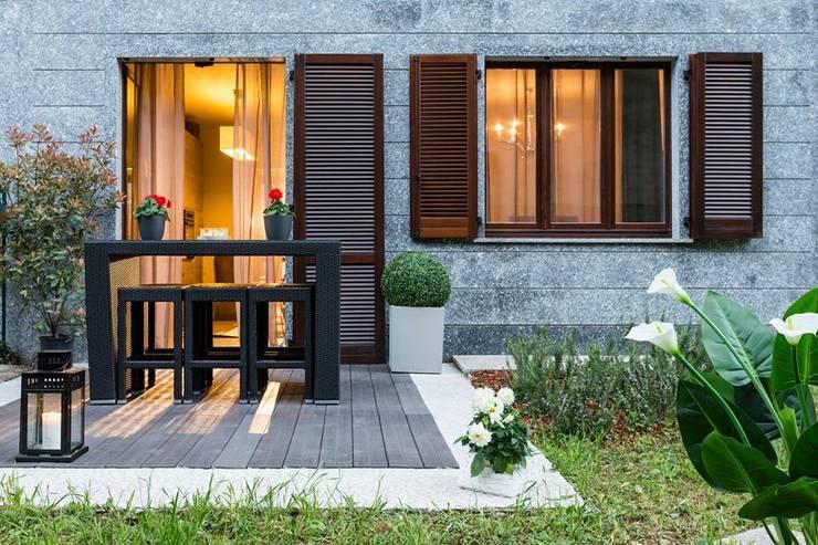 Ristrutturazione appartamento: Terrazza in stile  di DemianStagingDesign