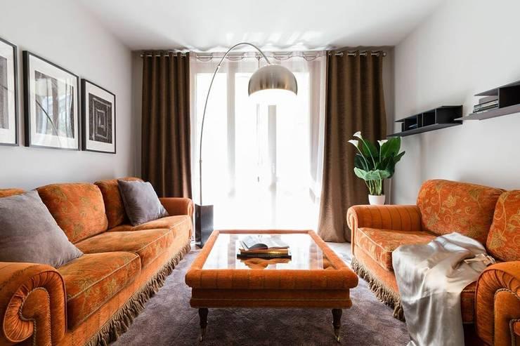 appartamento ristrutturato 80 mp : Soggiorno in stile  di DemianStagingDesign