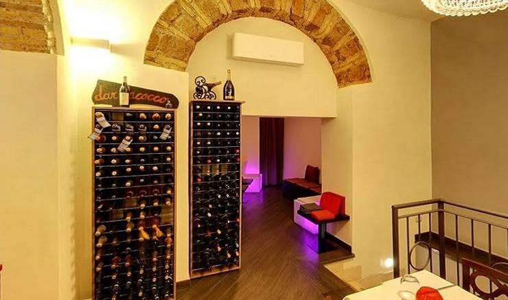 Mobile portabottiglie in legno ed acciaio Esigo 2 Wall: Negozi & Locali Commerciali in stile  di Esigo SRL