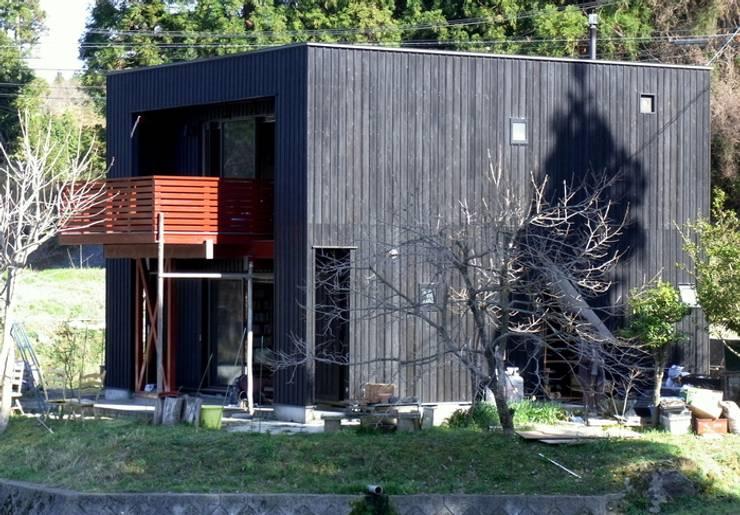 遠景、外観。: 酒井光憲・環境建築設計工房が手掛けた家です。,オリジナル 木 木目調