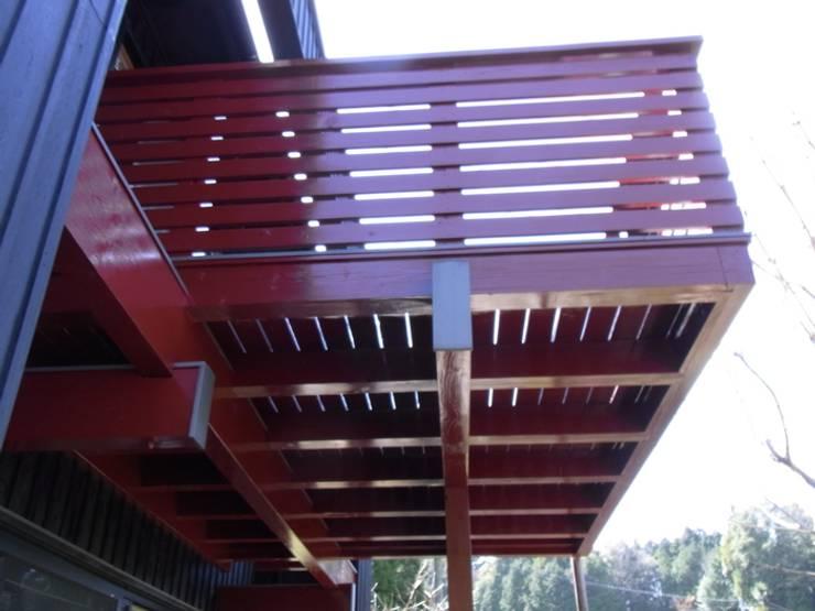 赤いバルコニー。: 酒井光憲・環境建築設計工房が手掛けた家です。,オリジナル 木 木目調