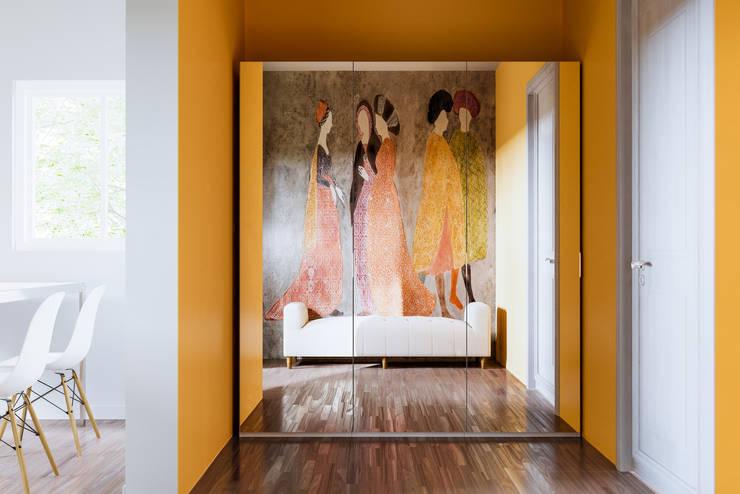 Entrance C Shot: Ingresso, Corridoio & Scale in stile  di de-cube